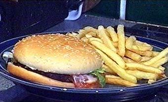 Бутерброд, жареный картофель. Сэндвич с ветчиной. Чипсы. Посуда, блюдо. Продукты питания. Еда. Кушанье. Готовые блюда. Сервировка стола. Фото. Картинки. Изображения. Рисунки. Фотографии. Текст.  Sandwich. Ham. Gammon. Roll; potato. Dish. Crips. Cource. Photo. Food stuffs, production. Ready-cooked platter. Meal. Pictures. Text.